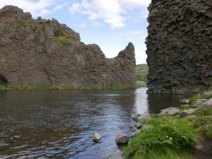 De basaltzuilen bij Hjálparfoss